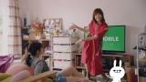 新TVCM「LINEモバイルダンス・リアルユーザー」篇に出演する本田翼(右)