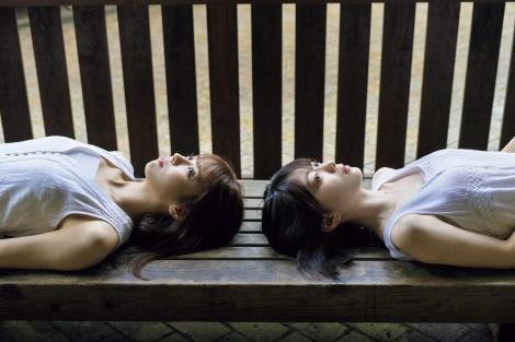 『FLASHスペシャル2019盛夏号』に登場する欅坂46(左から)小林由依、森田ひかる(C)矢西誠二、光文社