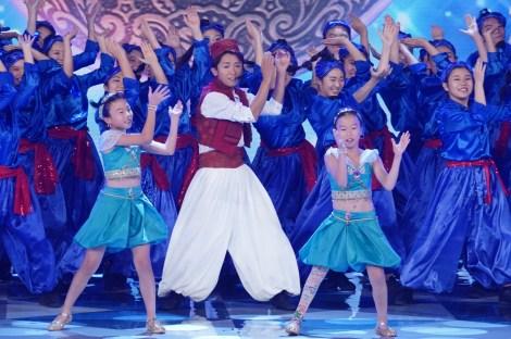 大野智(中央)が参加した『義足の少女を応援 国技館100人ダンス』の模様 (C)日本テレビ