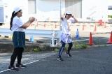 よしこ(左)からたすきを受けてスタートした水卜麻美アナ(C)日本テレビ