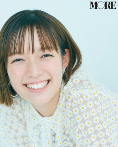 サムネイル 『MORE』10月号に登場する佐藤栞里 撮影/三瓶康友