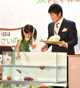水に沈む野菜を確かめる新津ちせ=『知って食べればもっと好きになる!JAやさい体験!』キックオフイベント (C)ORICON NewS inc.