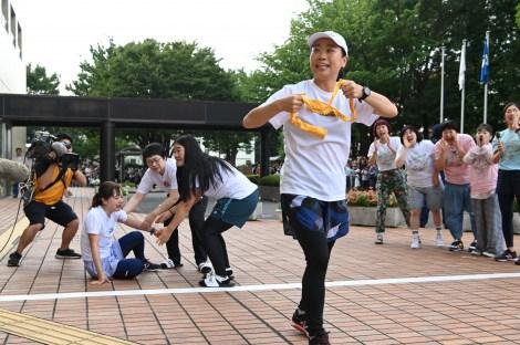 『24時間テレビ』駅伝のタスキを受け取りスタートした第4走者のいとうあさこ(C)日本テレビ
