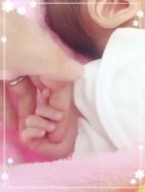 浦えりかの指を握る愛息子の小さな手(写真はオフィシャルブログより/掲載許諾済み)