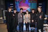ドラマ撮影現場を訪問し、主演の唐沢寿明(写真中左)、真木よう子(写真中右)と記念撮影したBLUE ENCOUNT