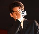 報道陣をカメラで撮影する星野源=映画『引っ越し大名!』初日舞台あいさつ (C)ORICON NewS inc.
