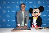 ディズニー・レジェンドとして手形を残すロバート・ダウニー・Jr. とミッキーマウス(C)Walt Disney Television