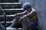 『べしゃり暮らし』第6話(8月31日放送)で藤川に起きた悲劇。尾上寛之が死体役を静かに熱演(C)テレビ朝日