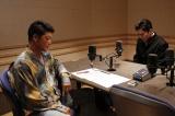 『べしゃり暮らし』第6話(8月31日放送)。金本(駿河太郎)は、亡き相方・藤川の代わりに圭右を座らせ、何事もなかったようにしゃべり始めるのだが…(C)テレビ朝日