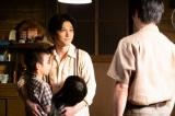 連続テレビ小説『なつぞら』第23週・第133回より。子どもたちを抱きしめる天陽(吉沢亮)(C)NHK