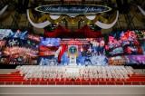 ジャニー喜多川氏のステージは紅白金の垂れ幕などで彩られた