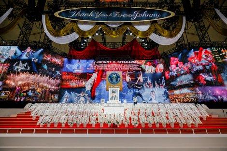 紅白金の垂れ幕や映像などで彩られたジャニーさんのステージ
