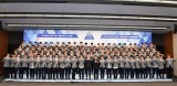 『PRODUCE 101 JAPAN』に出演する101人の練習生とナインティナイン(中央)(C)TBS