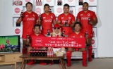 DJ KOOと、コカ・コーラレッドスパークスの選手6名が5日、『ラグビー日本代表応援イベント』に参加。撮影:若狭健太郎(C)ORICON NewS inc.