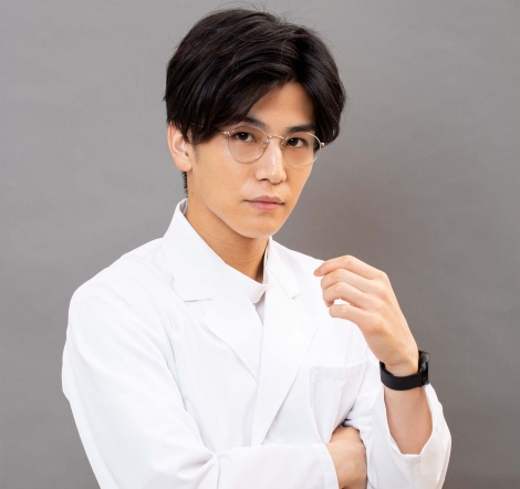 10月7日スタート月9ドラマ『シャーロック』で白衣を披露する岩田剛典 (C)フジテレビ