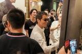 東京・SHIBUYA TSUTAYAをサプライズ訪問し、パネルにサインする矢沢永吉