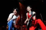 """『菅田将暉LIVE TOUR 2019""""LOVE""""』ファイナルにサプライズゲストとして登場した山崎賢人(左) Photo by 上飯坂一"""