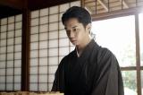 将棋の奨励会を経ずにプロになった異端の棋士・上条桂介(千葉雄大)(C)NHK