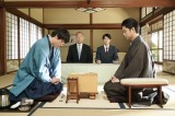 タイトル6冠の壬生(笠松将)と竜昇戦を対局中の上条桂介(千葉雄大)(C)NHK