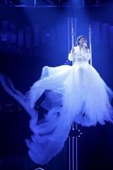 天使の衣装でブランコに乗って歌う氷川きよし