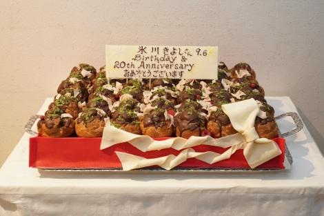 スタッフから贈られたたこ焼きをイメージした特製バースデーケーキ