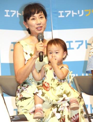 「エアトリで3世代旅」イベントに出席した(左から)東尾理子、石田つぐみちゃん (C)ORICON NewS inc.