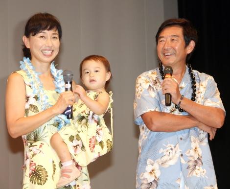 「エアトリで3世代旅」イベントに出席した(左から)東尾理子、石田つぐみちゃん、石田純一 (C)ORICON NewS inc.