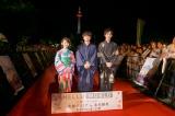 ライトアップされた京都タワーをバックに。アニメーション映画『HELLO WORLD』京都プレミア、東本願寺で開催(左から)浜辺美波、北村匠海、松坂桃李