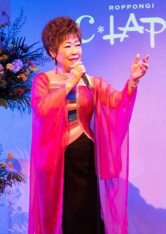 新曲「たそがれ坂の二日月」(4日発売)を熱唱する秋元順子