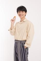 ロッテ『パイの実』新CM「パイパイショコラパイ」篇に出演する吉沢亮