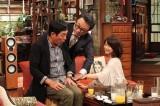 石田ゆり子(右)と手を重ねる三谷幸喜監督 (C)フジテレビ