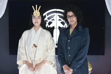 金曜ナイトドラマ『時効警察はじめました』第1話(10月11日放送)に新興宗教の教祖役でゲスト出演する小雪と、主演のオダギリジョー(C)テレビ朝日