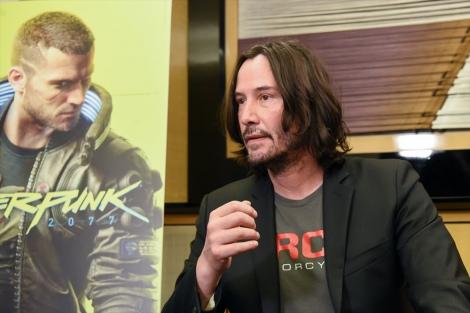 『東京ゲームショウ 2019』内『サイバーパンク 2077』ブースを訪れたキアヌ・リーブス。インタビューに応じる様子