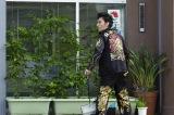 映画『台風家族』より、暴力団事務所前で掃除をする新人ヤクザ役の草なぎ剛