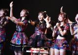 AKB48チームKキャプテン込山榛香(右)の21歳誕生日を祝福(C)AKS