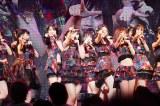 矢作萌夏センターで新曲「サステナブル」を披露したチームK(C)AKS