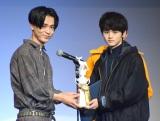 男性ファッション誌『メンズノンノ』の専属モデルを選出する公開オーディションに出席した成田凌(左)とトロフィーを受け取るグランプリの鈴鹿央士さん (C)ORICON NewS inc.