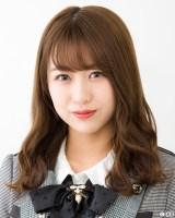 モデル出演するAKB48の篠崎彩奈