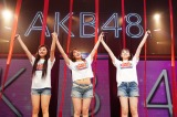 キャプテンの岡部麟(中央)が正規メンバーに昇格した道枝咲(左)と佐藤美波の手を掲げて祝福(C)AKS