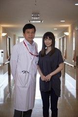 10月6日放送、シリーズ初の地上波2時間スペシャル『ドクターY 外科医・加地秀樹』に倉科カナ(右)が出演。主演は、加地秀樹役の勝村政信(C)テレビ朝日