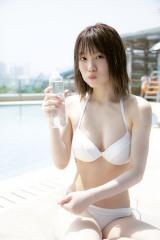 欅坂46の小池美波1st写真集『青春の瓶詰め』から水着カットが解禁(撮影/阿部ちづる)