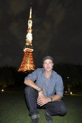 """東京・芝公園に立ち寄り、ライトアップされた東京タワーをバックに写真を撮ったブラッド・ピット。束の間の""""東京観光""""を楽しんだ"""