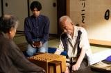 第2回では賭け将棋の真剣師・東明重慶(竹中直人)と運命的な出会いを果たす(C)NHK