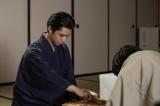 BSプレミアム・プレミアムドラマ『盤上の向日葵』第2回(9月15日放送)より。タイトル6冠保持者の壬生芳樹との竜昇戦も続く(C)NHK (C)ORICON NewS inc.