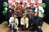 『KOYABU SONIC 2019』2日目ステージ後の囲み取材に参加したFANTASTICS from EXLEと小籔千豊(前列左)、ロバート・秋山竜次(前列右)