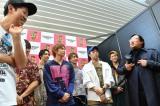 『KOYABU SONIC 2019』2日目ステージ後の囲み取材に参加したFANTASTICS from EXLEと小籔千豊(左端)、ロバート・秋山竜次(右端)