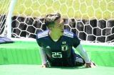 GK初挑戦の小林祐希は池にダイブしてゴールを死守=10月12日放送、『とんねるずのスポーツ王は俺だ?』サッカー対決の模様(C)テレビ朝日