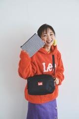 『Lee SHOULDER BAG BOOK RED』の表紙を飾った今泉佑唯