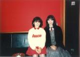 デビュー当時にスタジオで撮影された岡田有希子さんと竹内まりやの貴重な2ショット