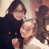 SNSに投稿された紗栄子との2ショット写真=『そこの〇〇止まりなさい』(9月18日放送)で投稿者に事情聴取(写真提供:テレビ朝日)